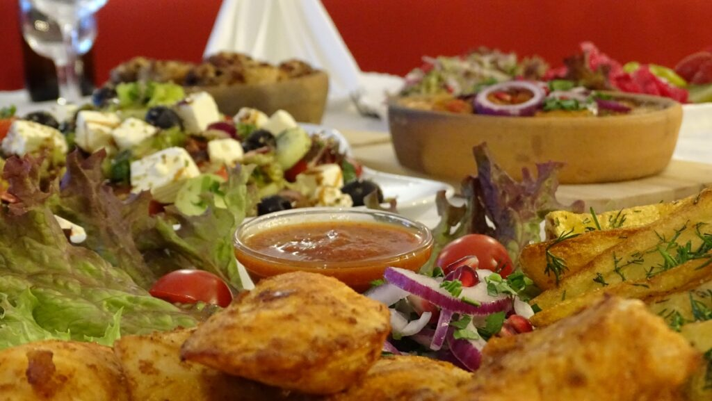 Gedeckter Tisch mit georgischen Gerichten - Tafel - Supra
